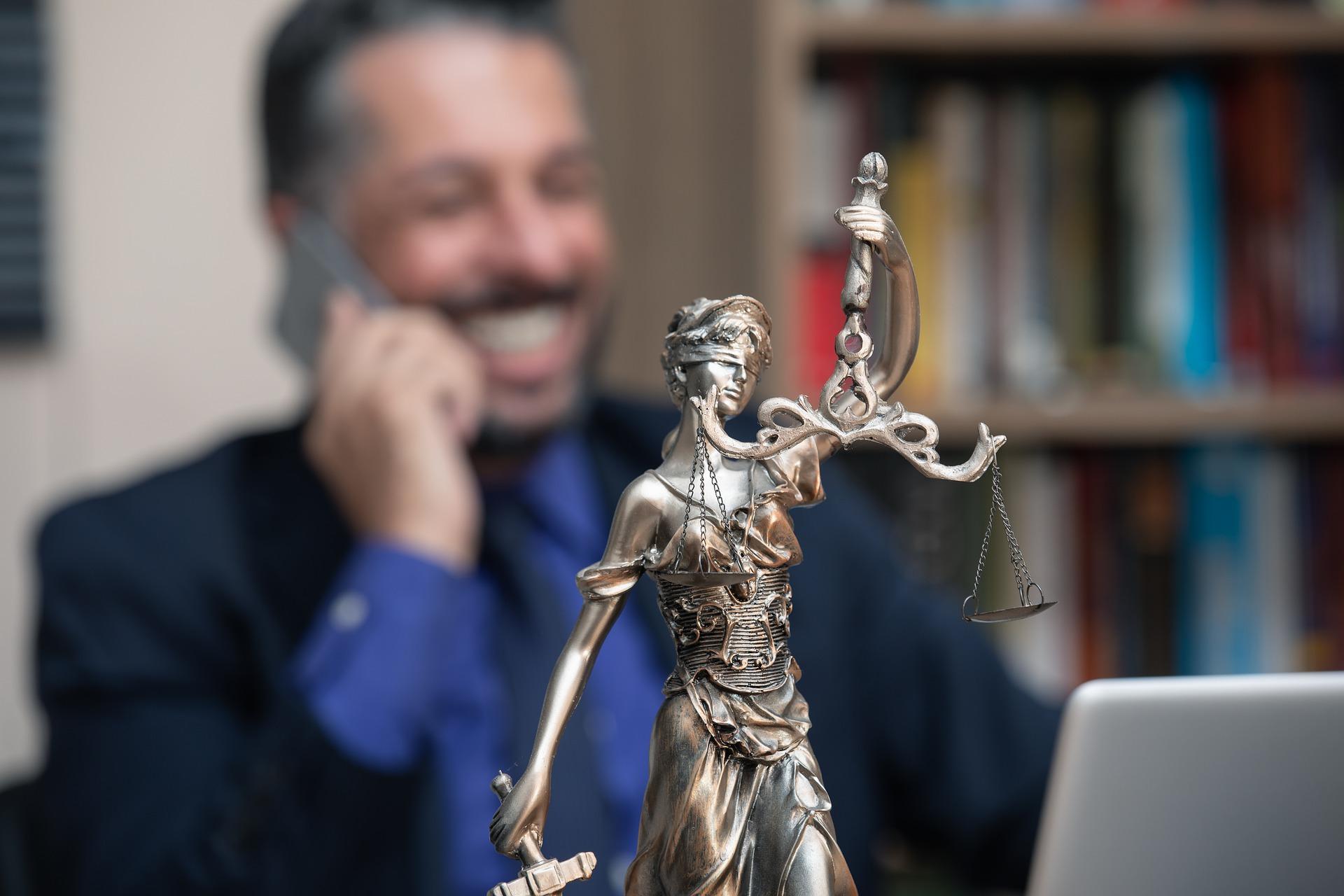 Prawnik rozwiązuje problemy ludzi